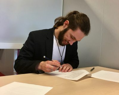 Stan signing the contract with Confocal.nl