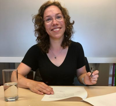 Carla signing contract with confocal.nl