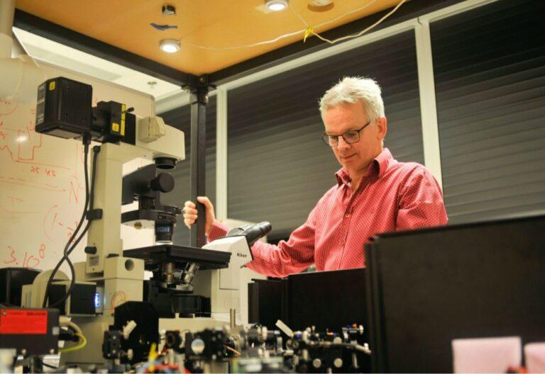 Erik Manders in the optics lab